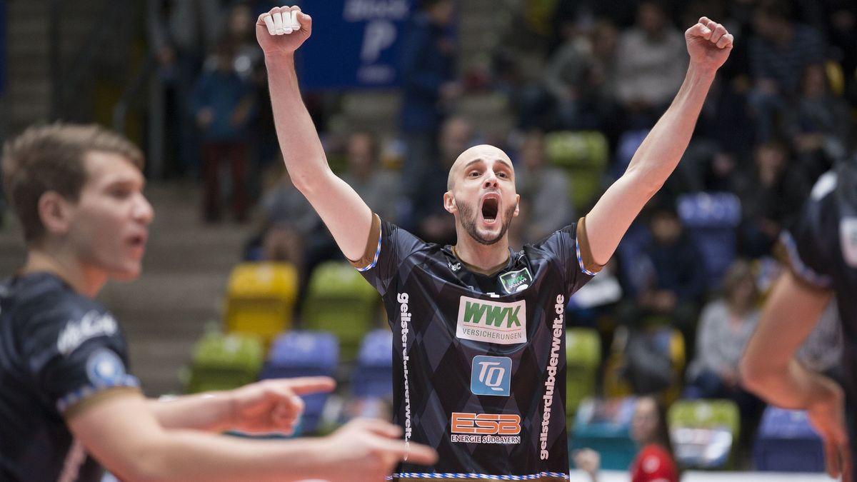 Alpar Jozsef Szabo von den Volleys Herrsching jubelt nach einem Punktgewinn.