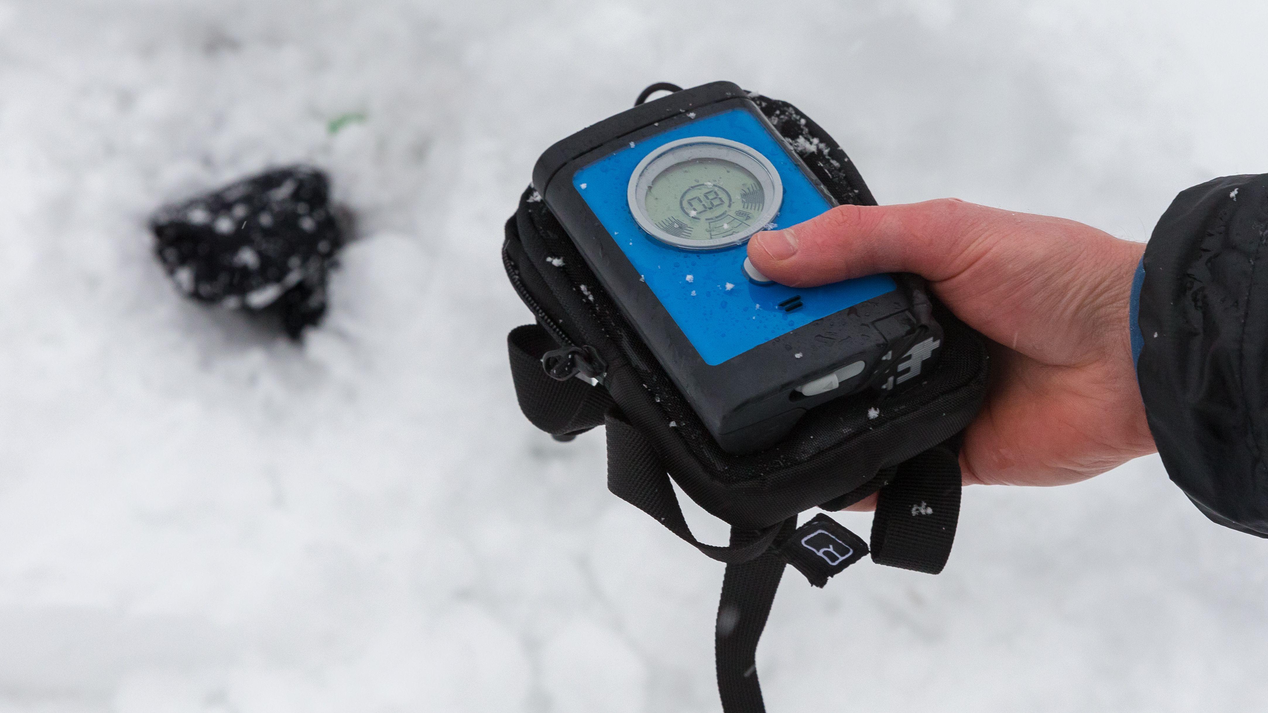 Ein Wintersportler mit einem LVS-Gerät
