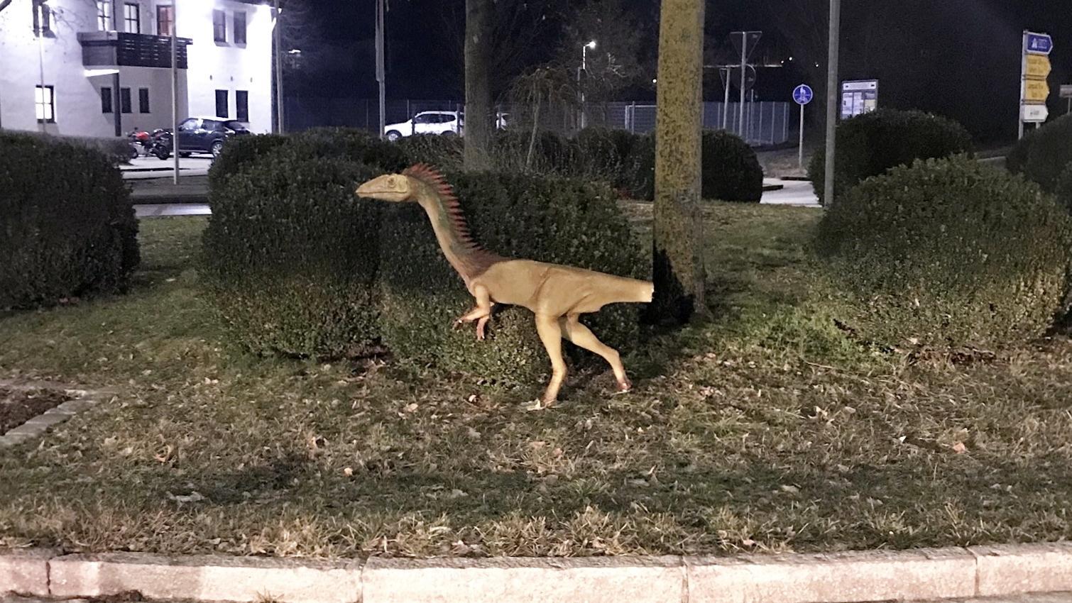 Das am Schwanz beschädigte Modell eines Dinosauriers steht an einem Kreisverkehr im Landkreis Kelheim.