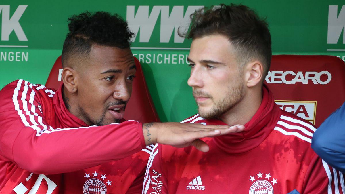 Jérome Boateng und Leon Goretzka vom FC Bayern München auf der Reservebank im Spiel gegen den FC Augsburg