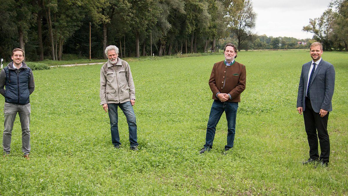 Markus Roos und Klaus Karg von Weltacker Landshut, Thomas Schneidawind, Leiter Agrarbildungszentrum, und Bezirkstagspräsident Dr. Olaf Heinrich