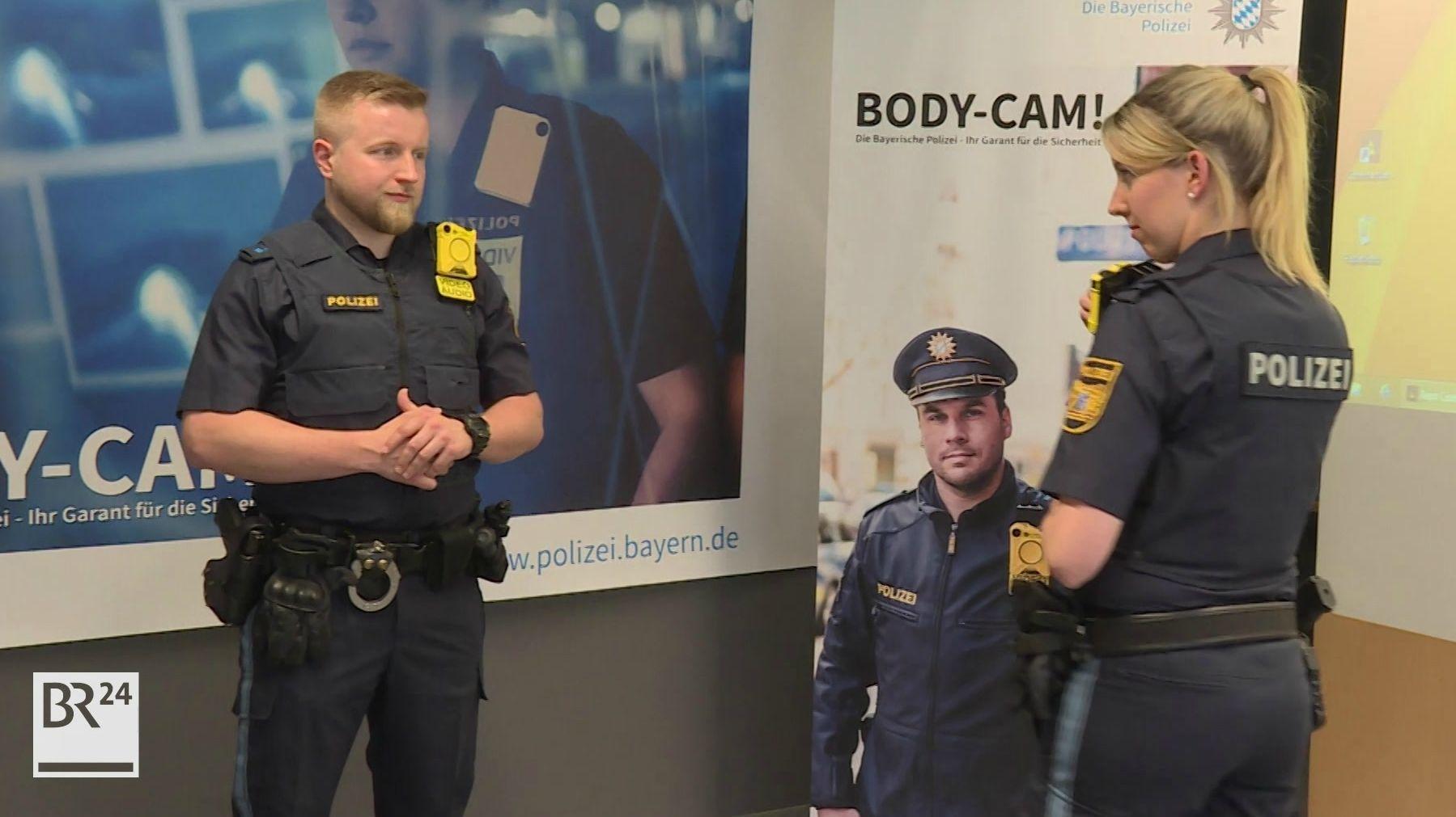 Unterfränkische Polizeibeamte führen Bodycams vor.
