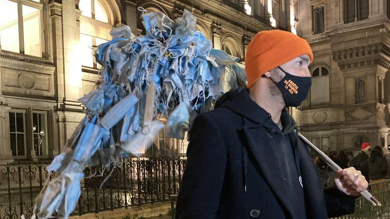 Müll-Sammler Frederic vor dem Rathaus von Paris.