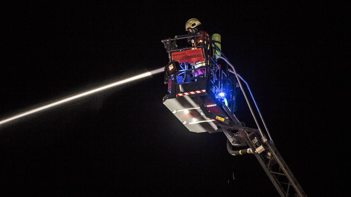 Rund 60 Bewohner eines Hauses in Puchheim bei München mussten in der Nacht zum Teil per Drehleiter nach einem Treppenhausbrand gerettet werden (Symbolbild).