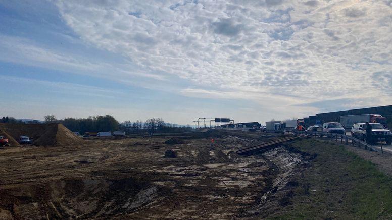 Auf der A3 Baustelle liegt die Fliegerbombe, die jetzt entschärft werden muss. | Bild:BR/Zara Kroiß