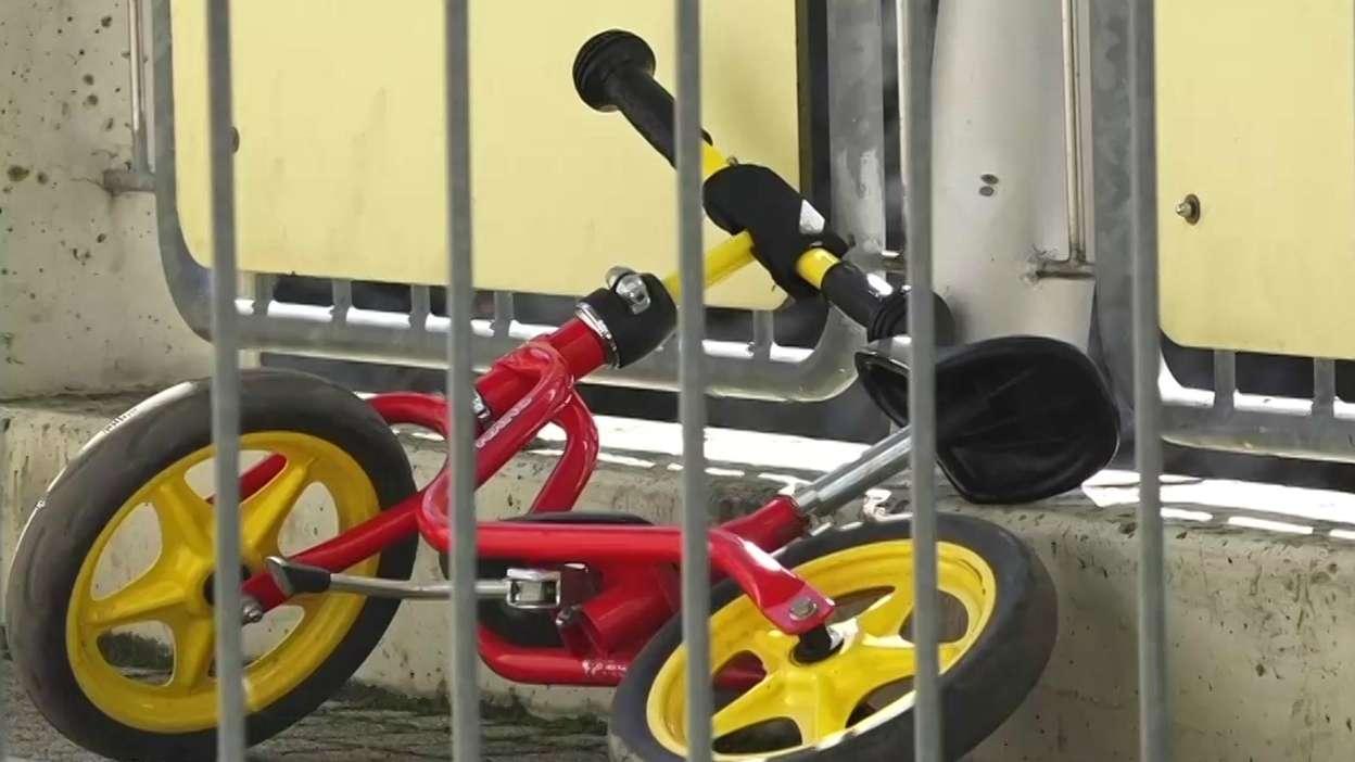 Ein Kinder-Fahrrad steht vor einer Kita in Würzburg