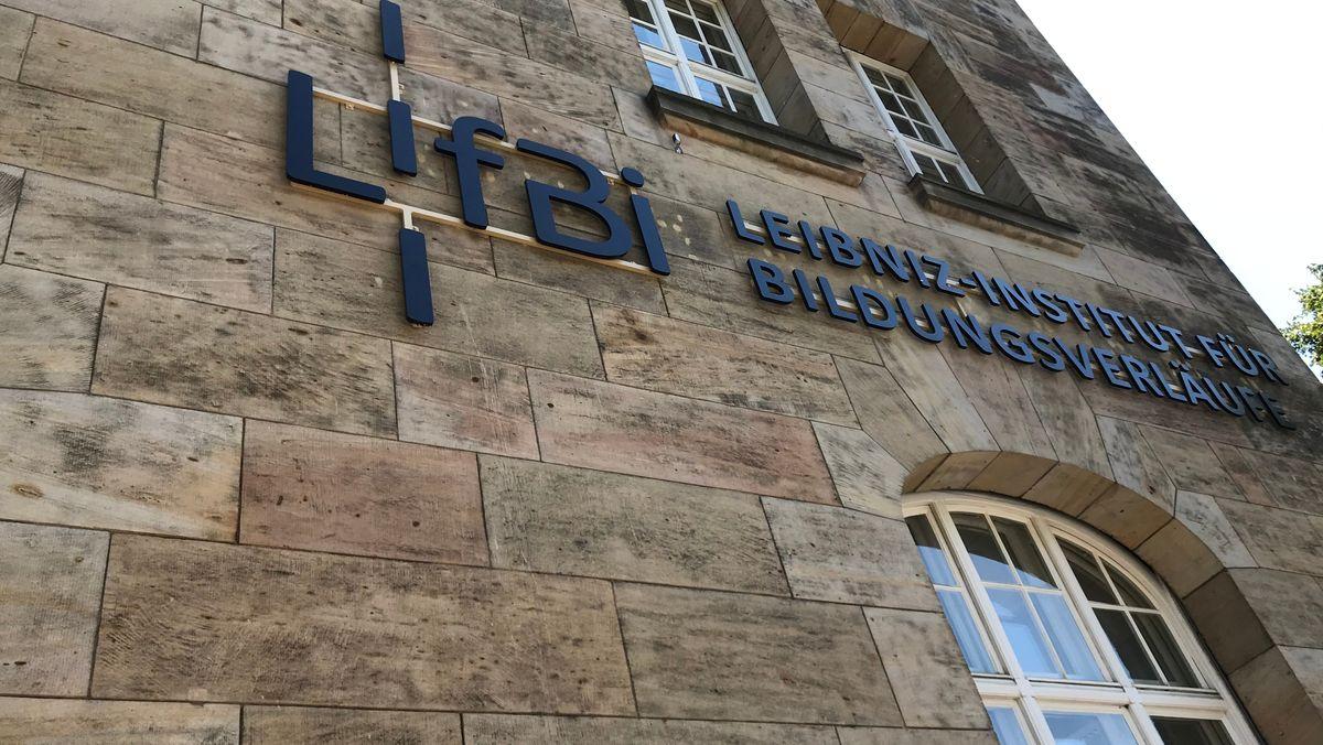"""Ein Gebäude mit der Aufschrift """"Leibniz-Institut für Bildungsverläufe""""."""