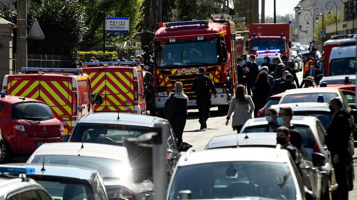 Französische Polizisten und Feuerwehrleute stehen in der Nähe einer Polizeistation, nachdem eine Mitarbeiterin der Polizei auf einer Polizeiwache getötet worden ist.