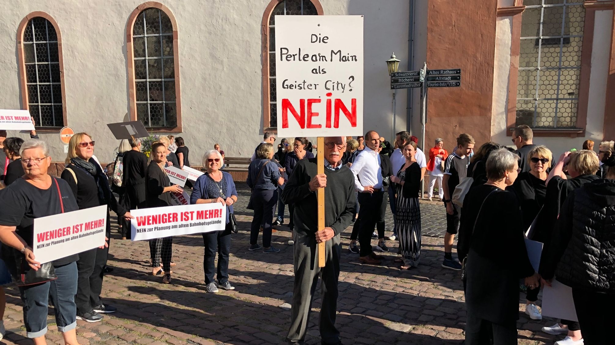 Mit Schildern demonstrieren die Miltenberger Händler vor dem Rathaus.