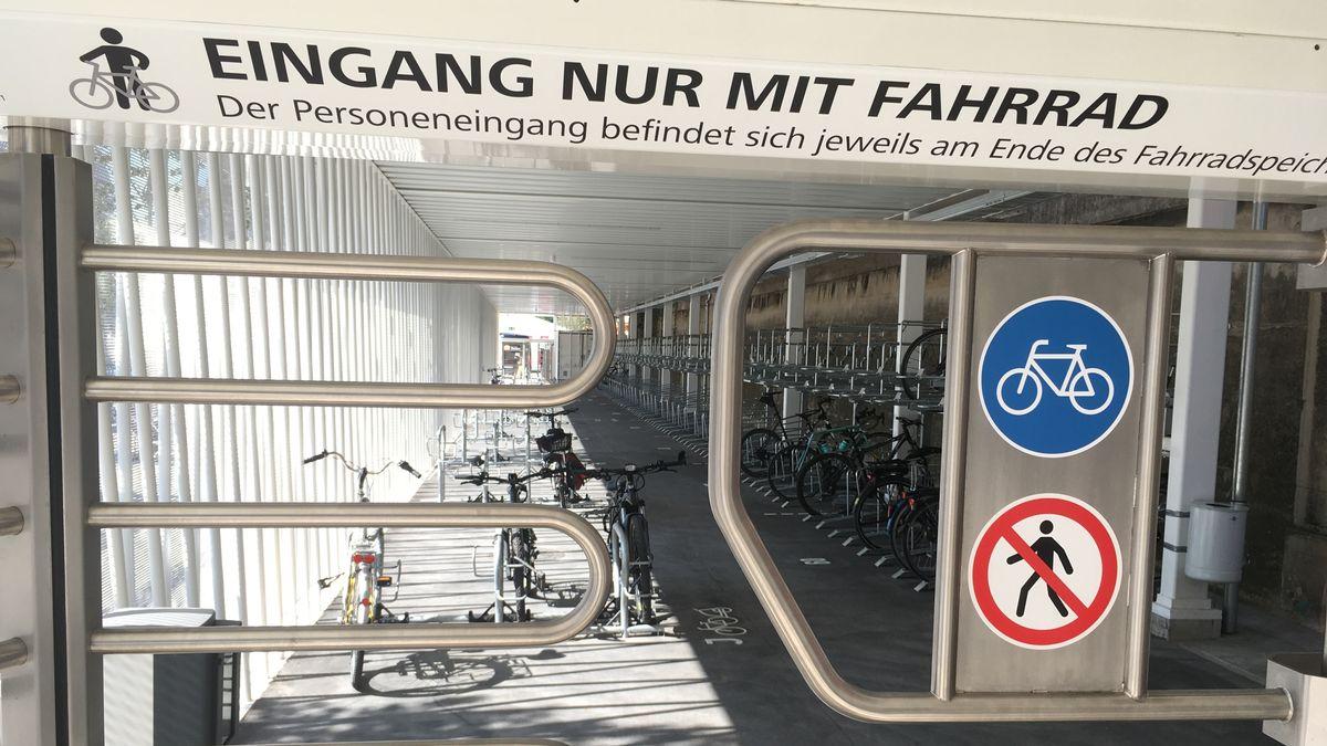 Fahrräder hängen in Ständern