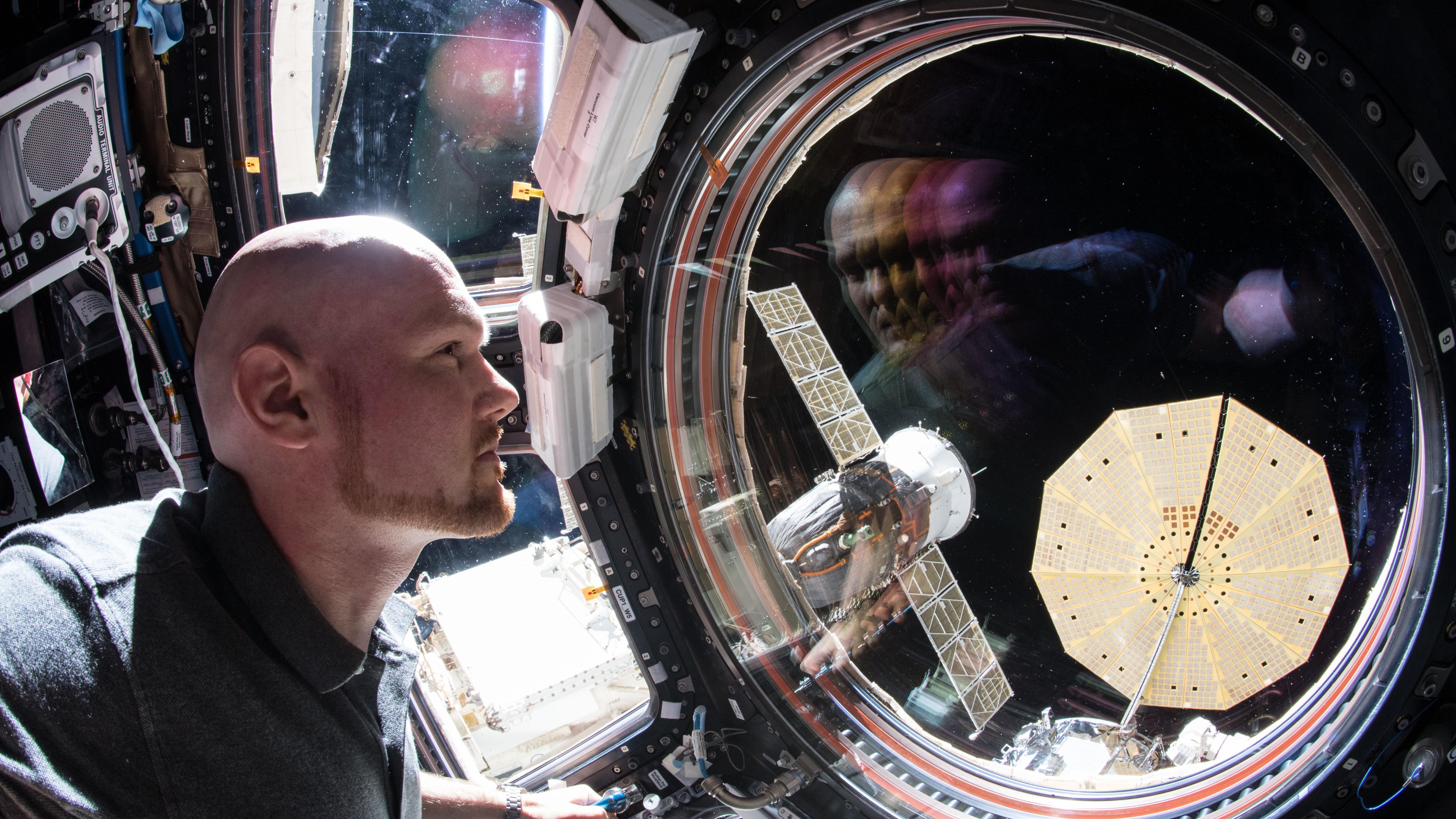 Der deutsche Astronaut Alexander Gerst an einem Fenster der ISS.