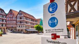 Hinweis auf Maskenpflicht oder Abstandsgebot vor einer Fußgängerzone (Symbolbild)   Bild:pa/Zoonar