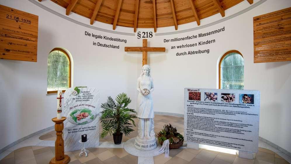 Blick in die Anti-Abtreibungs-Kapelle am Waldrand von Pösing im Landkreis Cham. | Bild:picture alliance/Armin Weigel/dpa