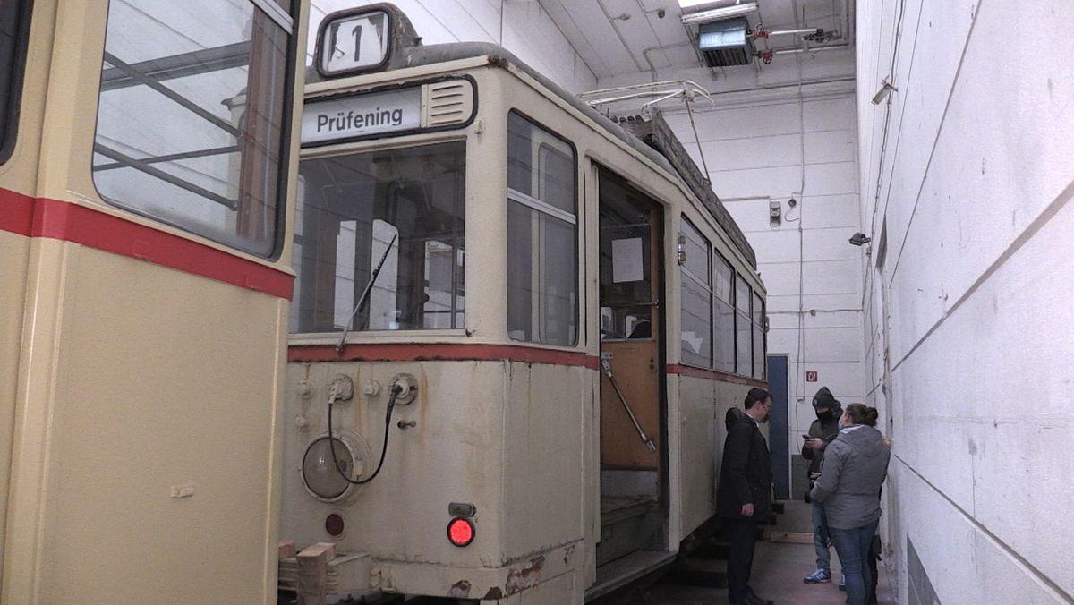 Der historische Straßenbahnzug in einer Halle im Regensburger Osten