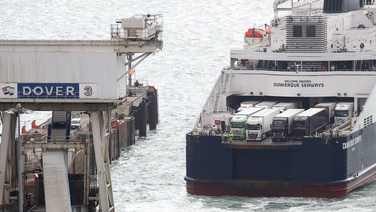 Schiff mit Lkws an Bord am Fährhafen Dover.