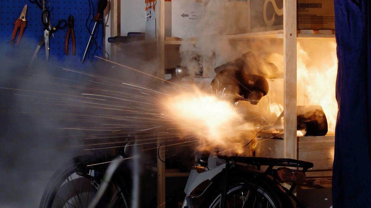 Symbolbild: Brennender Akku eines E-Bikes