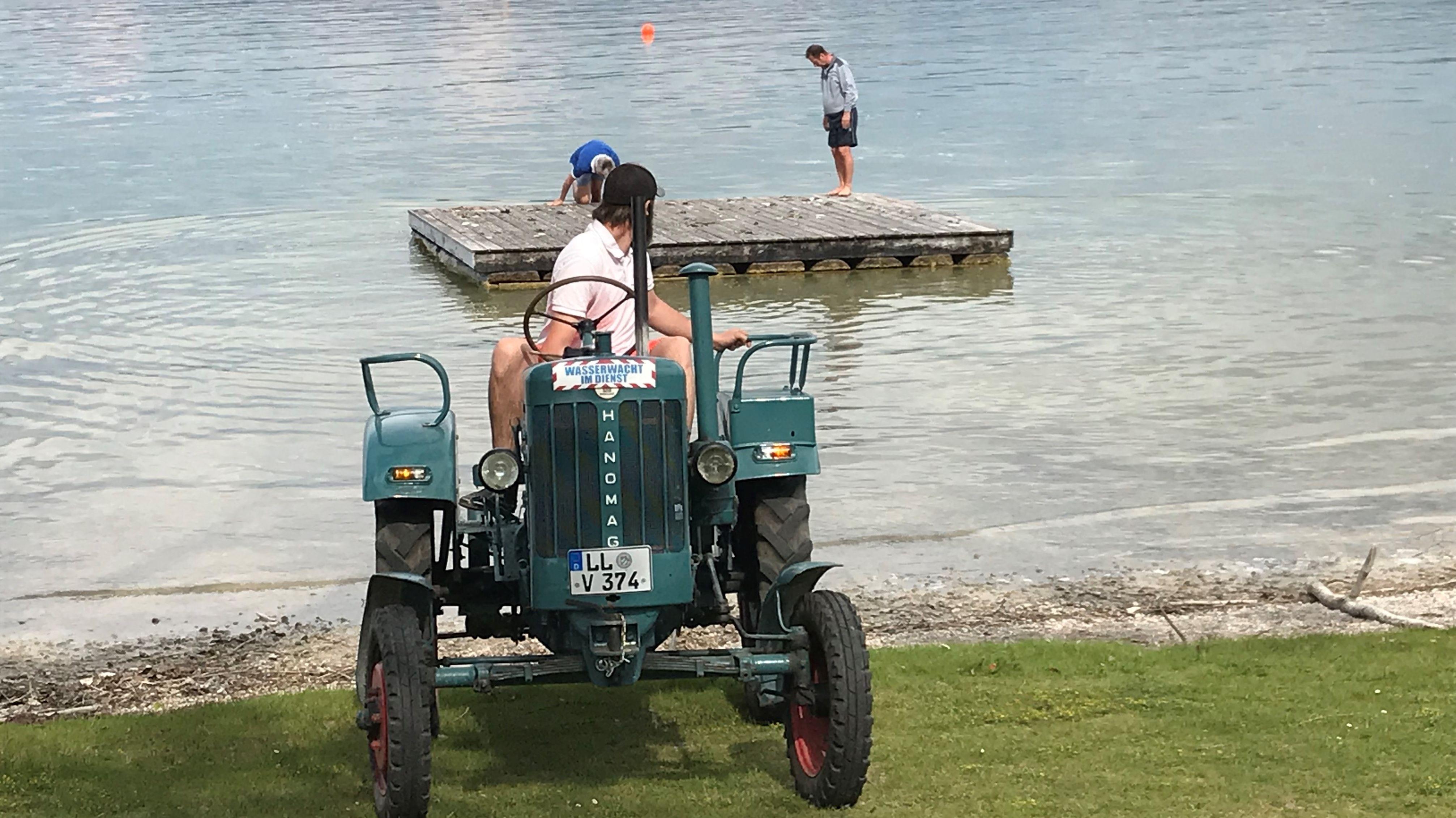 Die Gemeinde Dießen holt mit einem Traktor ihr Badefloß aus dem Wasser.