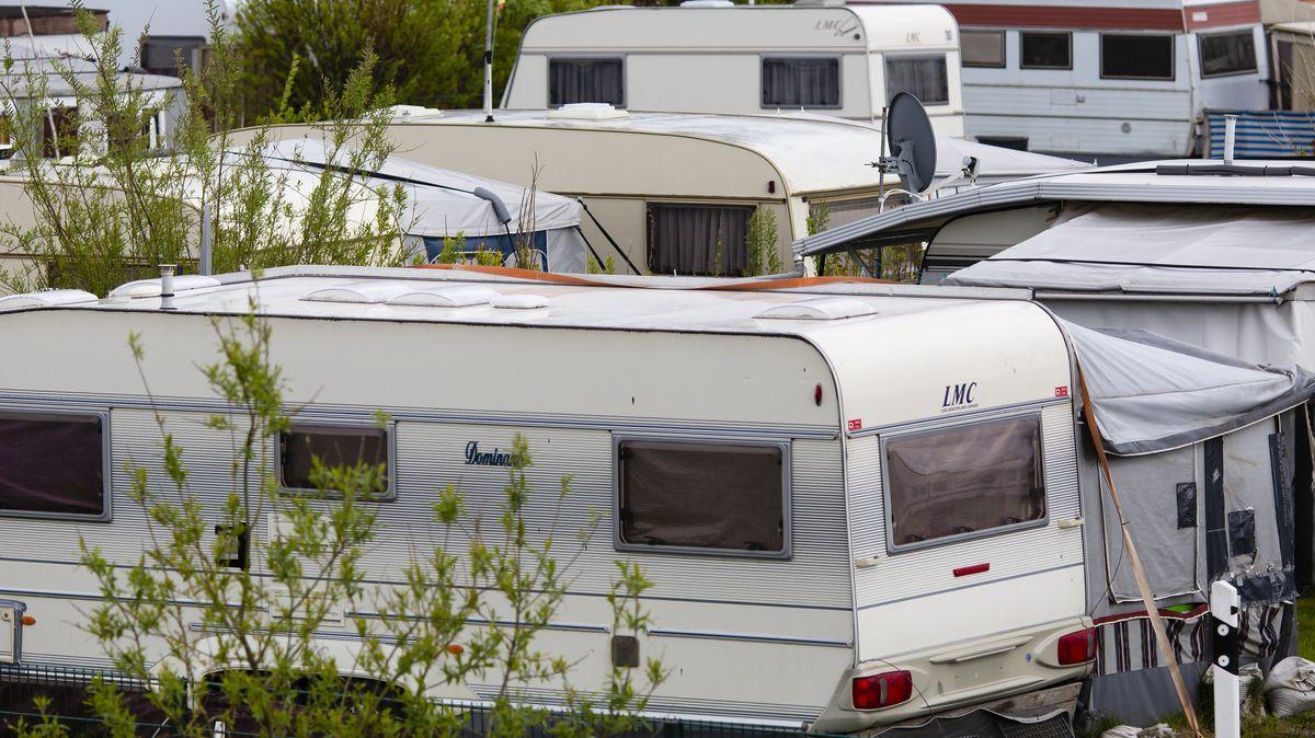 Wohnmobile auf einem Campingplatz.