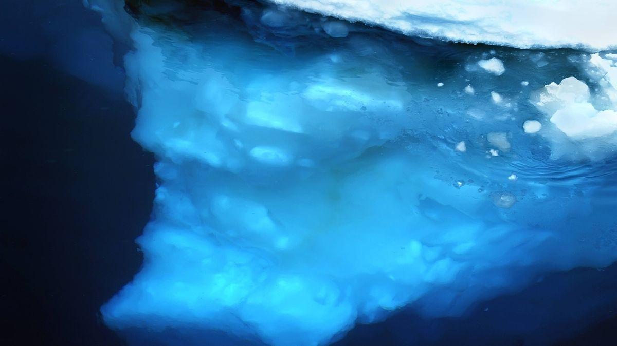 Eis unter Wasser in der Antarktis