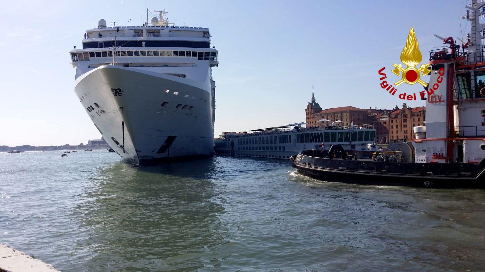 """Das Kreuzfahrtschiff """"Msc Opera"""" ist am 2. Juni im Kanal von Giudecca in Venedig mit  einem Touristenboot zusammengestoßen."""