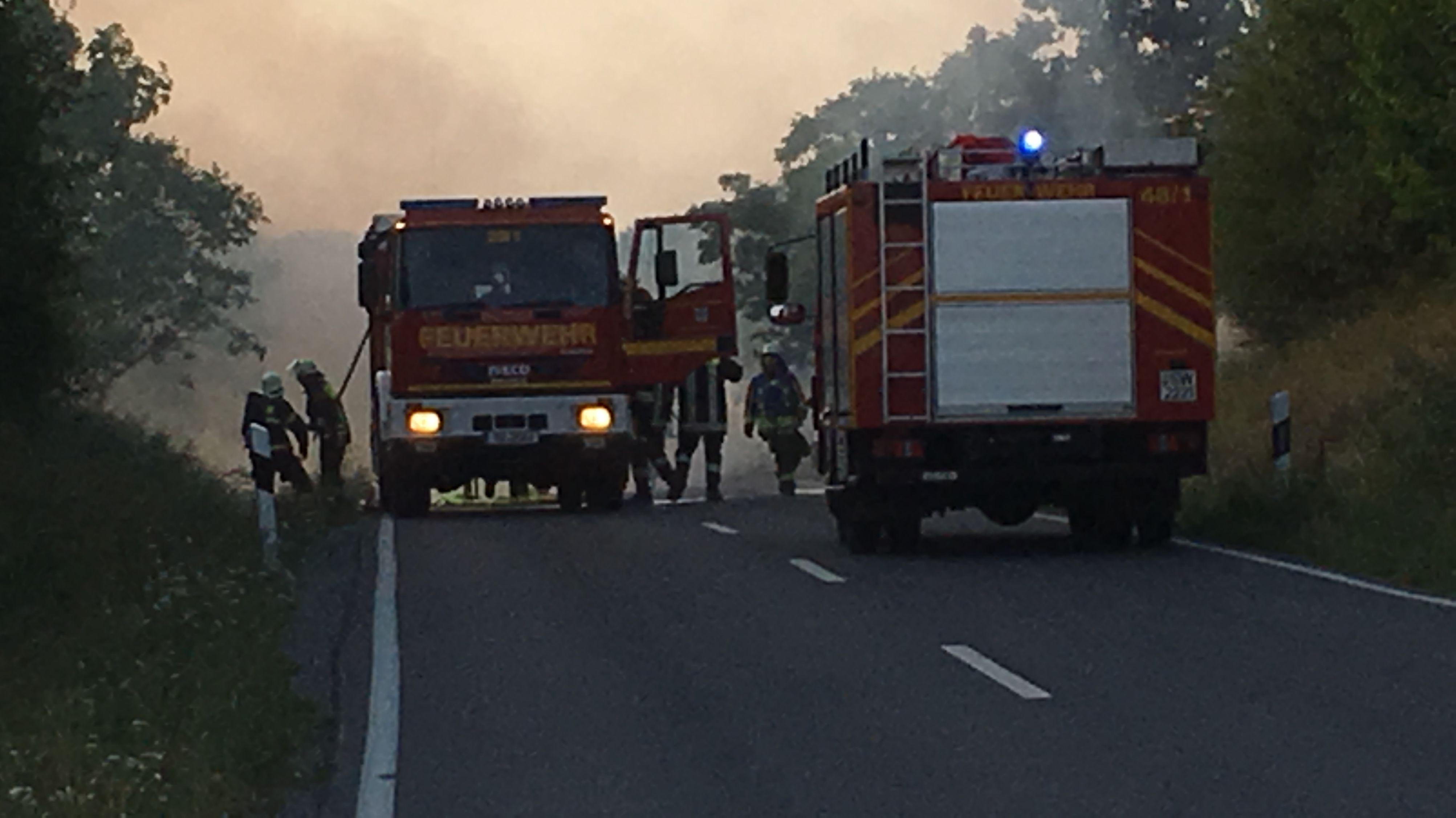Feuerwehr löscht brennenden Mähdrescher bei Thundorf (Lkr. Bad Kissingen)