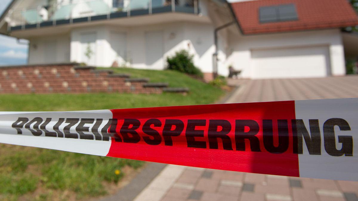 Mit Absperrband gesperrter Tatort