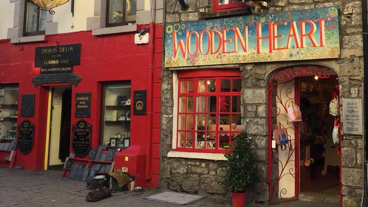 Bunt bemalte Ladenfassaden in der High Street in der europäischen Kulturhauptstadt Galway in Irland