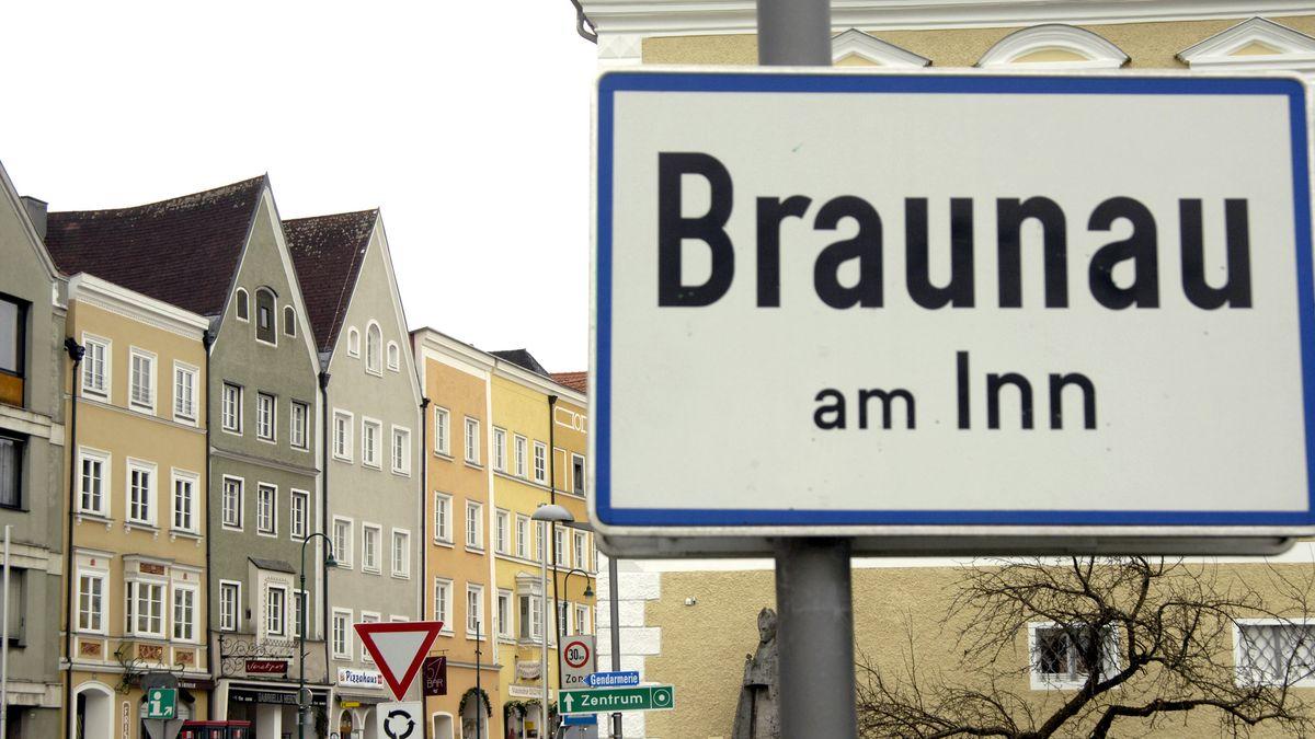 Ortsschild von Braunau am Inn in Österreich.
