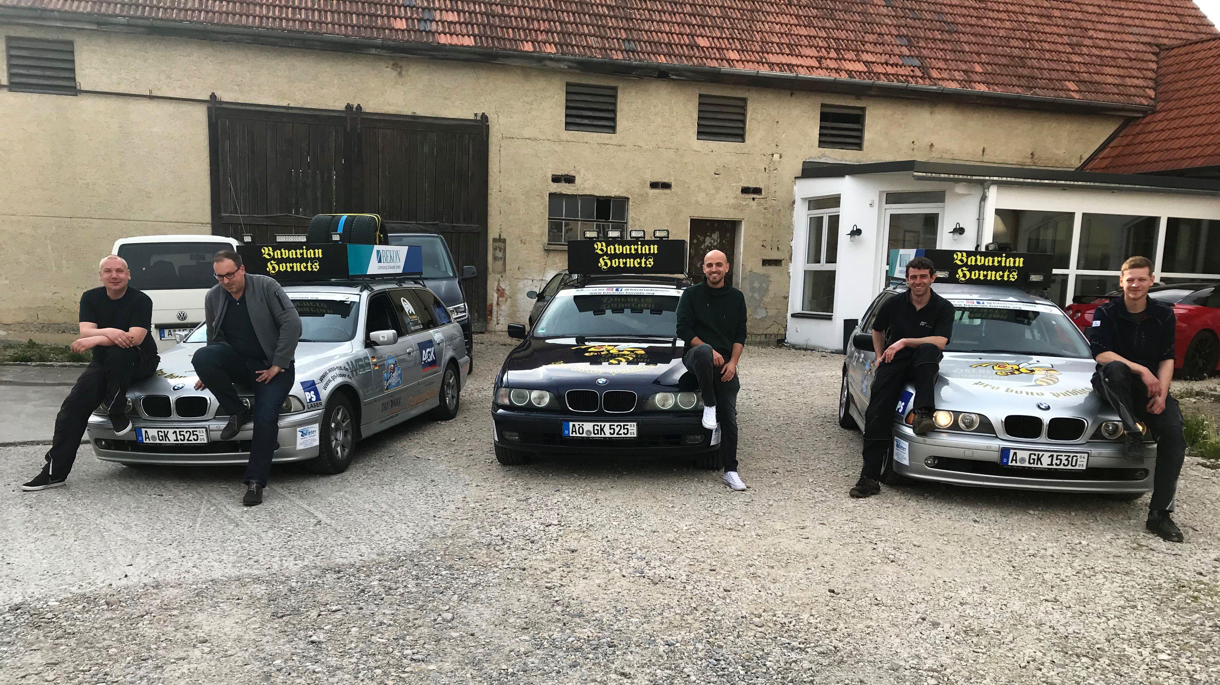 """die Mitglieder des Rallye-Teams """"Bavarian Hornets"""" mit ihren Autos"""