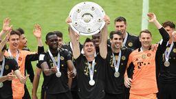 Der FC Bayern feiert die Deutsche Meisterschaft nach dem 5:2 gegen den FC Augsburg. | Bild:Picture alliance/dpa