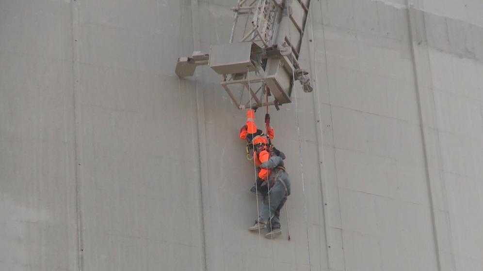 Mann wird von Wartungsplattform geborgen | Bild:BR
