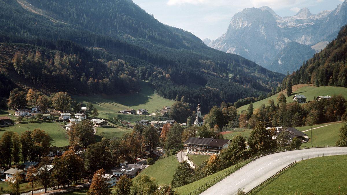 Blick von der Deutschen Alpenstraße auf Ramsau und die Reiteralpe (Hintergrund) im Berchtesgadener Land. (Undatierte Aufnahme).