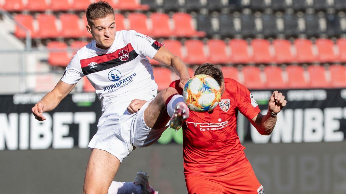 Zweikampf im Spiel FC Ingolstadt 04 gegen 1. FC Nürnberg