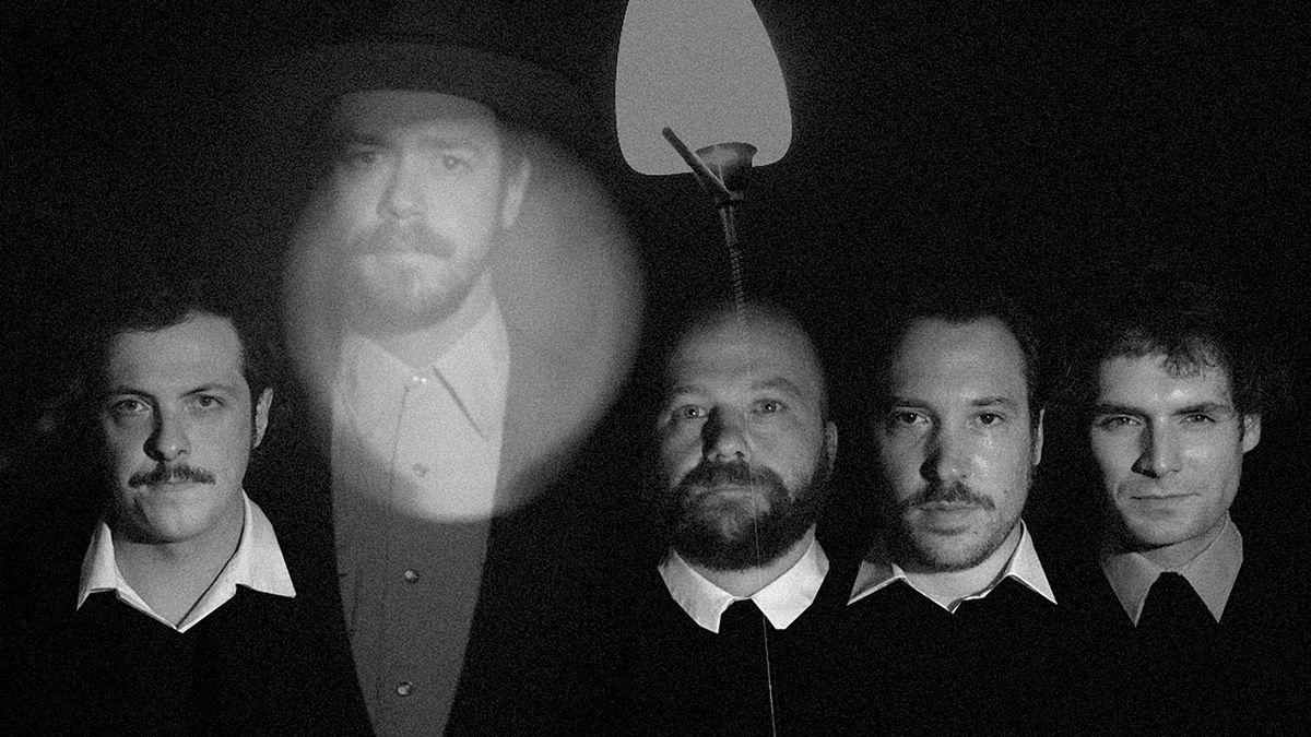 """Man sieht die fünf Augsburger Musiker von """"San Antonio Kid"""" auf einem Foto, das wie ein altes S/W-Bild gestaltet ist"""