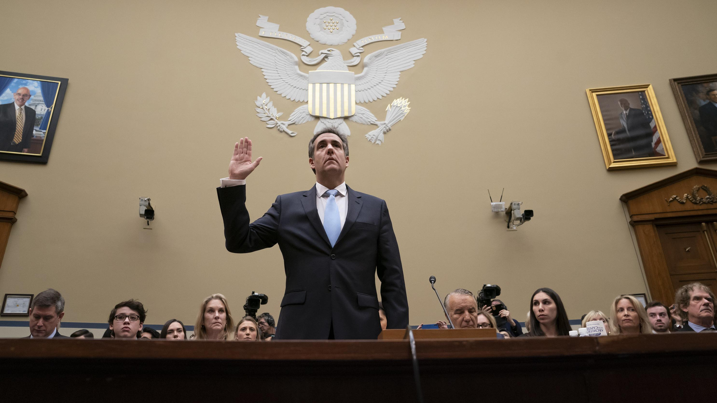 Michael Cohen sagt bei der öffentlichen Anhörung im Kongress unter Eid aus