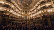Das Markgräfliche Opernhaus von innen. Im Zuschauerraum sitzen viele Menschen in Abendgarderobe.   Bild:picture alliance/Nicolas Armer