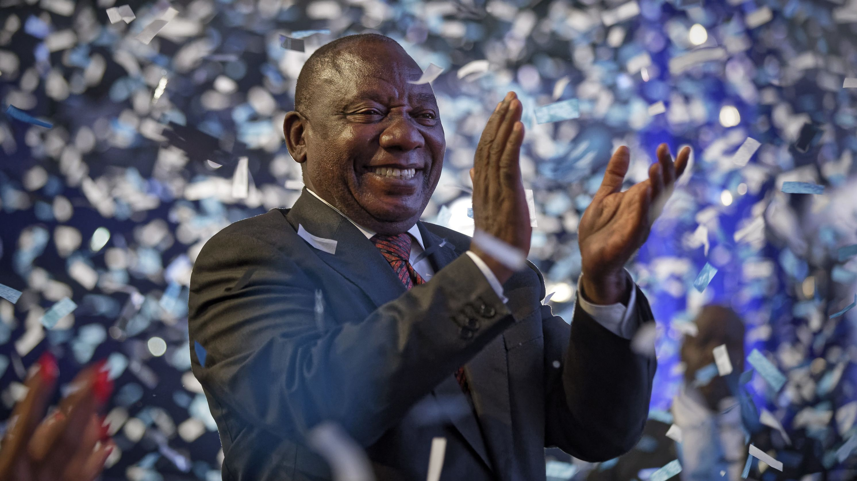 Cyril Ramaphosa, Präsident von Südafrika, applaudiert bei Konfettiregen, nachdem die Unabhängige Wahlkommission das Endergebnis der Parlamentswahlen in Südafrika bekannt gegeben hat.