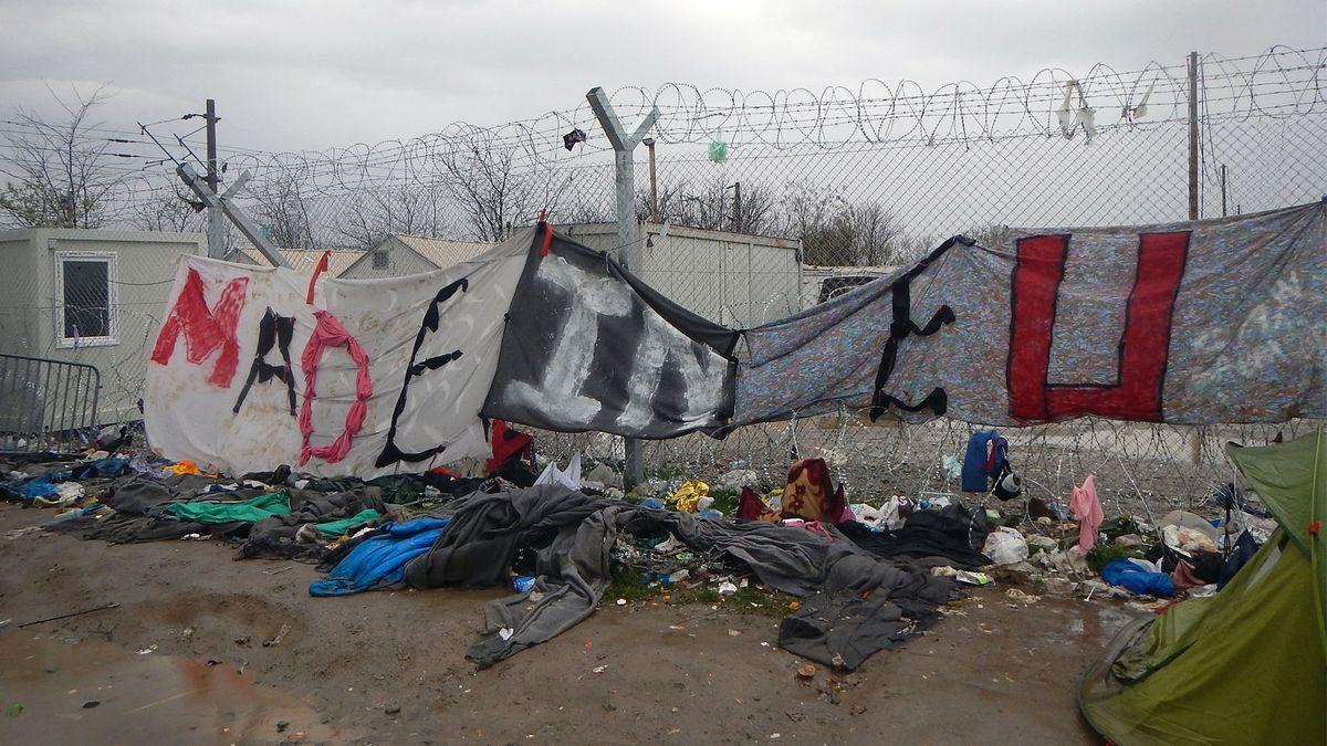 """großes Transparent """"Made in EU"""" an Grenzzaun"""