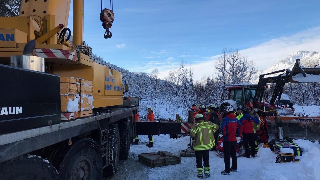 Rettungskräfte beim umgestürzten Schneeräumfahrzeug
