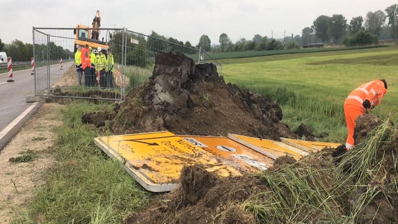 Fachleute prüfen Erdreich und Grundwasser auf Verunreinungen mit Diesel, der bei einem Unfall auf der B2 bei Mertingen ausgelaufen war