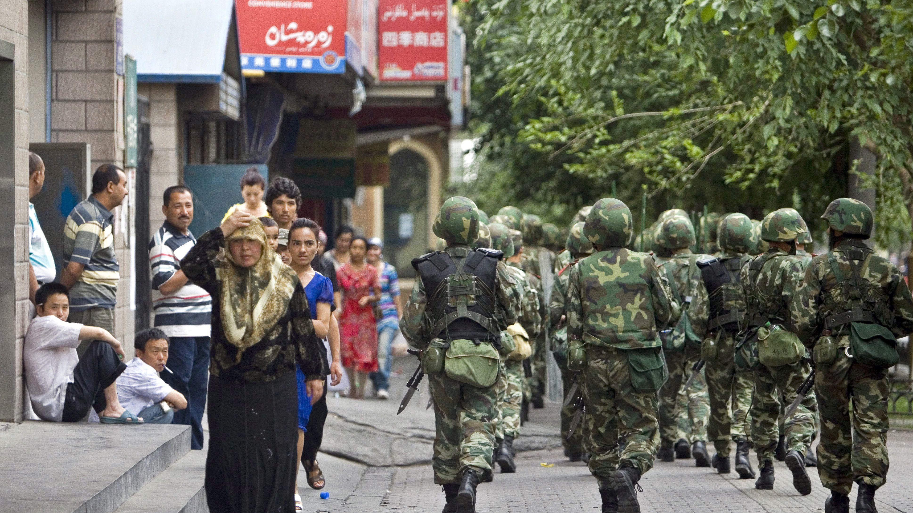 Chinesische Soldaten in der Provinz Xinjiang