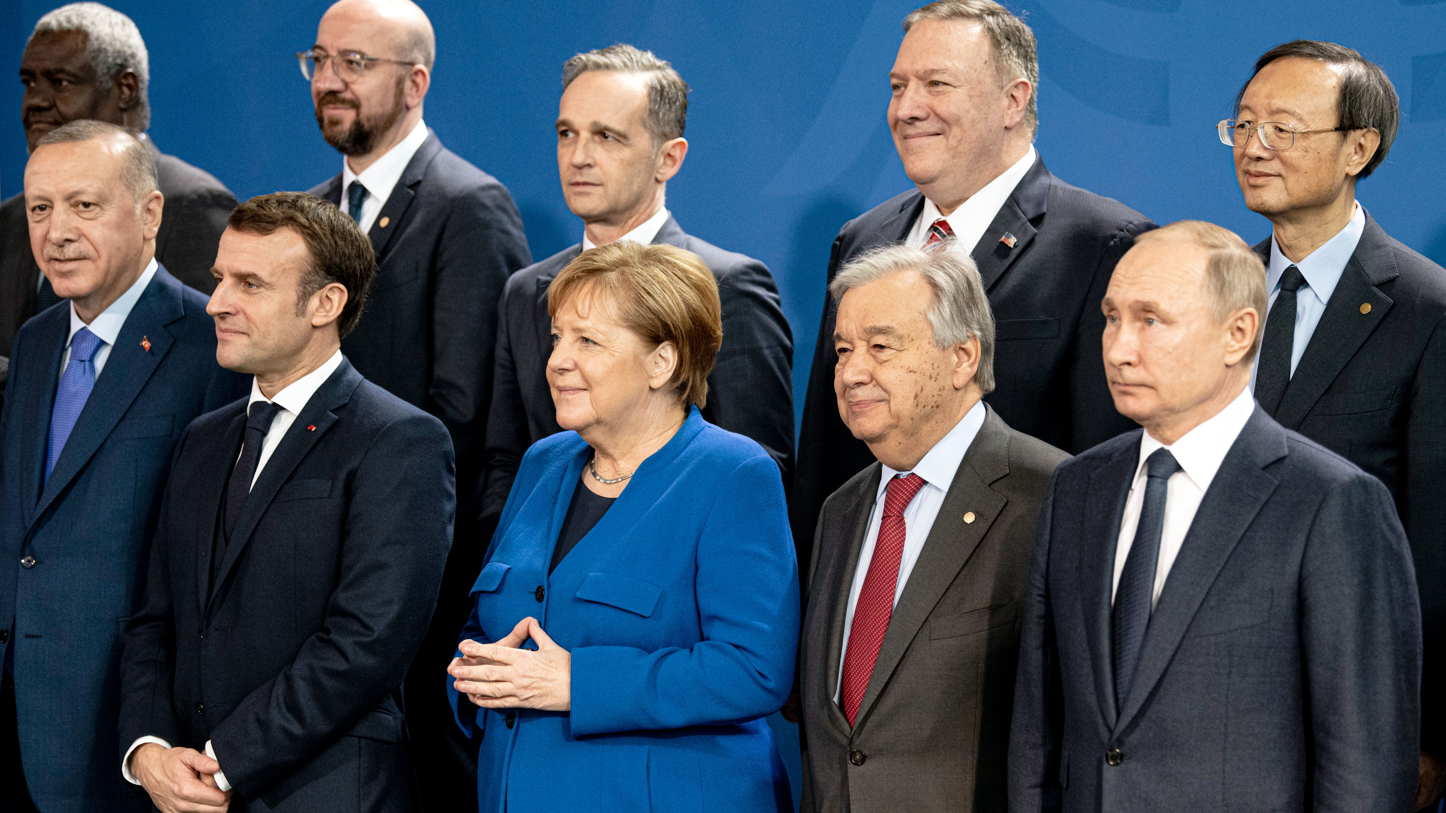 (vorne, l-r) Recep Tayyip Erdogan, Präsident der Türkei, Emmanuel Macron, Präsident von Frankreich, Bundeskanzlerin Angela Merkel (CDU), Antonio Guterres, Generalsekretär der Vereinten Nationen, Wladimir Putin, Präsident von Russland. ahinter (2. Reihe, l-r) Moussa Faki, Vorsitzender der Afrikanischen Union, Charles Michel Präsident des Europäischen Rat, Außenminister Heiko Maas (SPD), Mike Pompeo, Außenminister der USA, Yang Jiechi, Direktor für Auswärtige Angelegenheiten im Politbüro der KP China