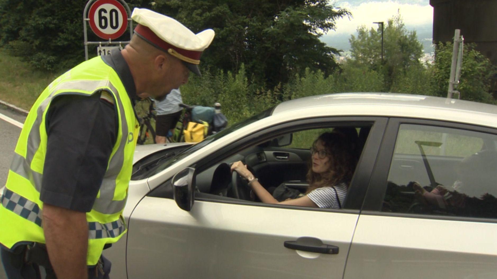 Tiroler Polizist untersagt Autofahrerin Durchfahrt