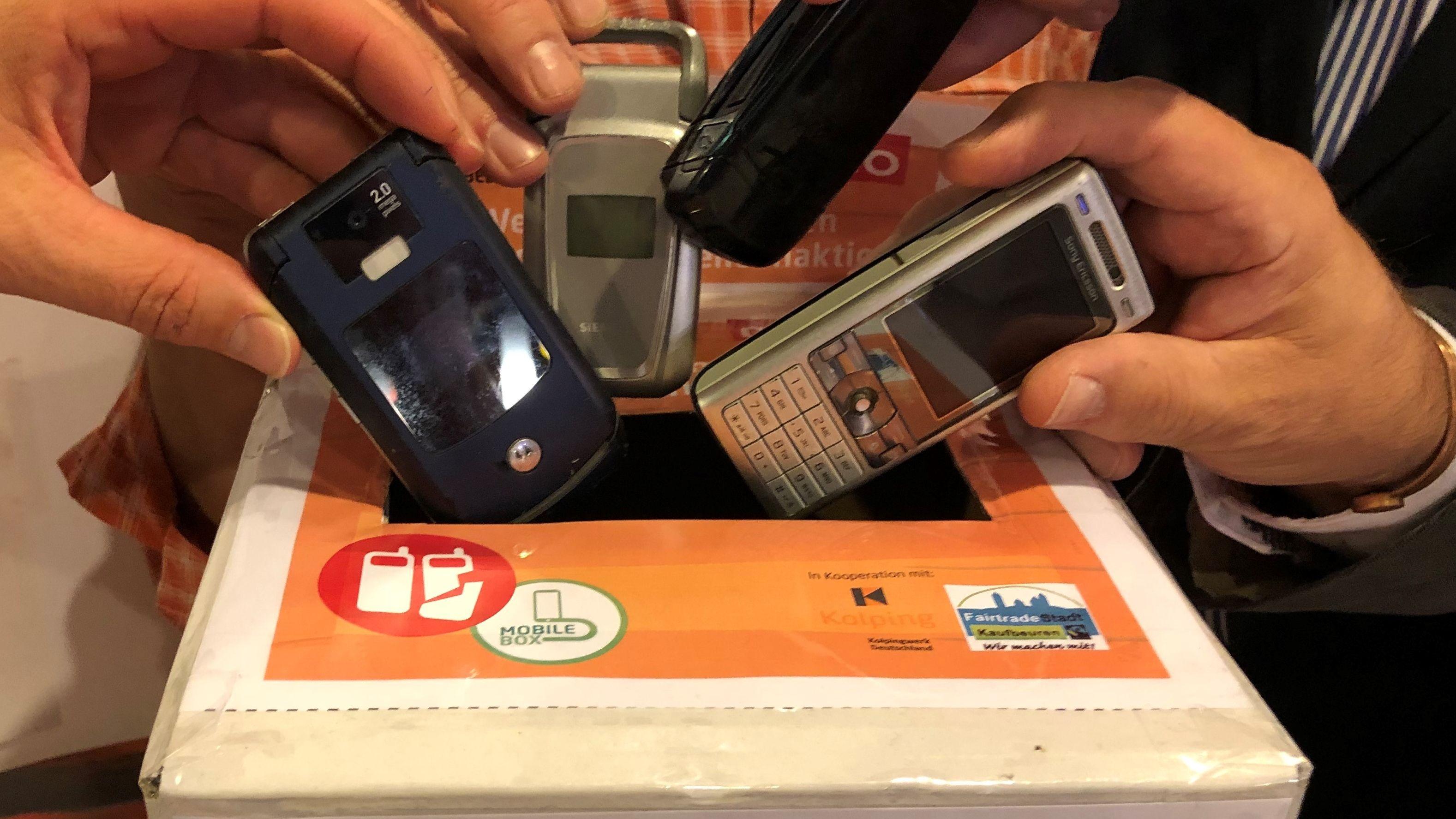 Sinnvolles Recycling von alten Telefonen geht über die Kolping-Spendenbox