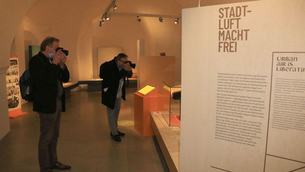 Fotografen vor dem Textfeld mit dem mittelalterlichen Rechtsgrundsatz