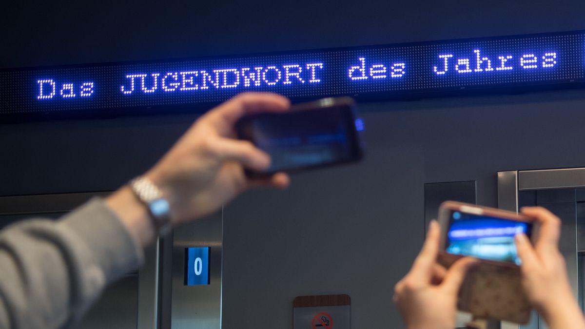 """Der Schriftzug """"Jugendwort des Jahres"""" flimmert über den digitalen Newsticker eines Hotels in München (Archivfoto)."""