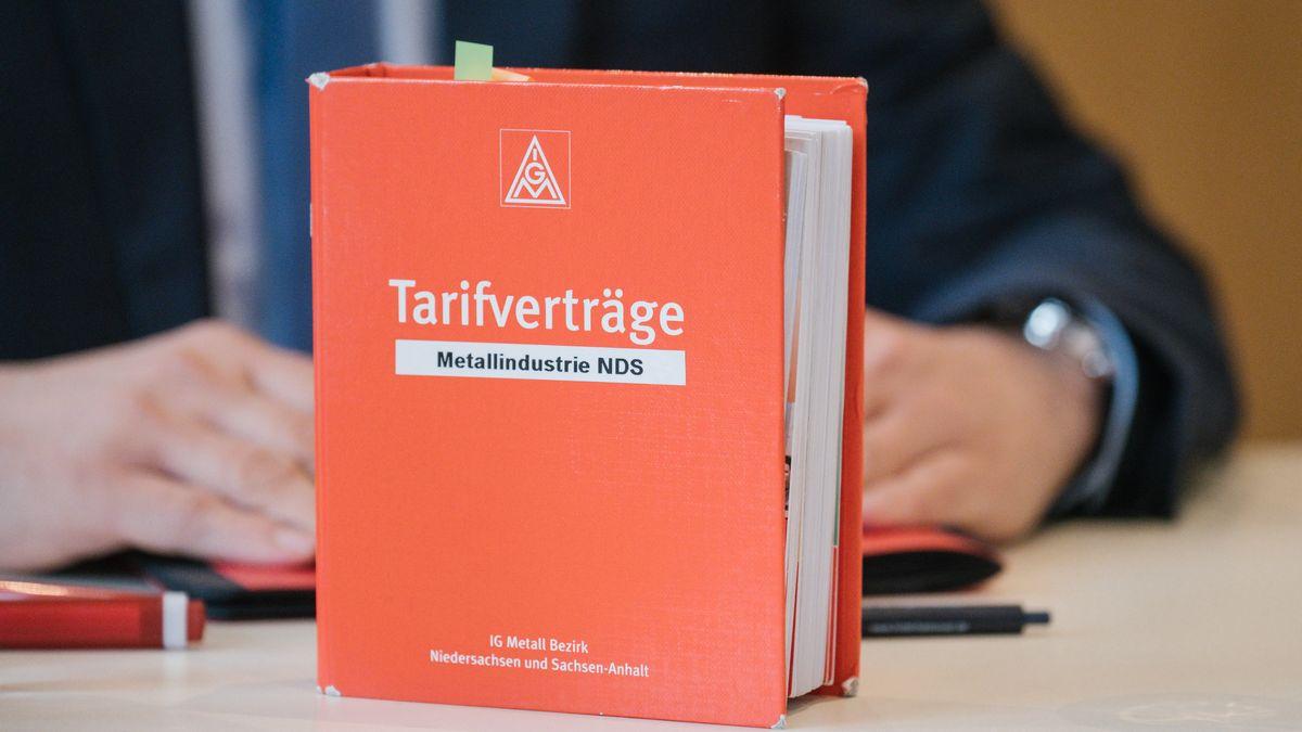 In einem orangen Buch der IG Metall sind Tarifverträge gesammelt.