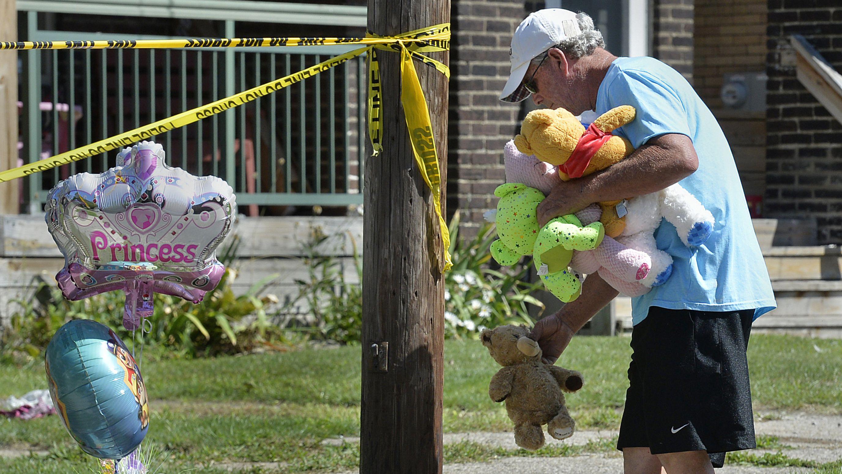 11.08.2019, USA, Erie: Fünf Kinder starben bei Brand in einer Kinderbetreuungsstätte. / Niederlegung von Kuscheltieren.