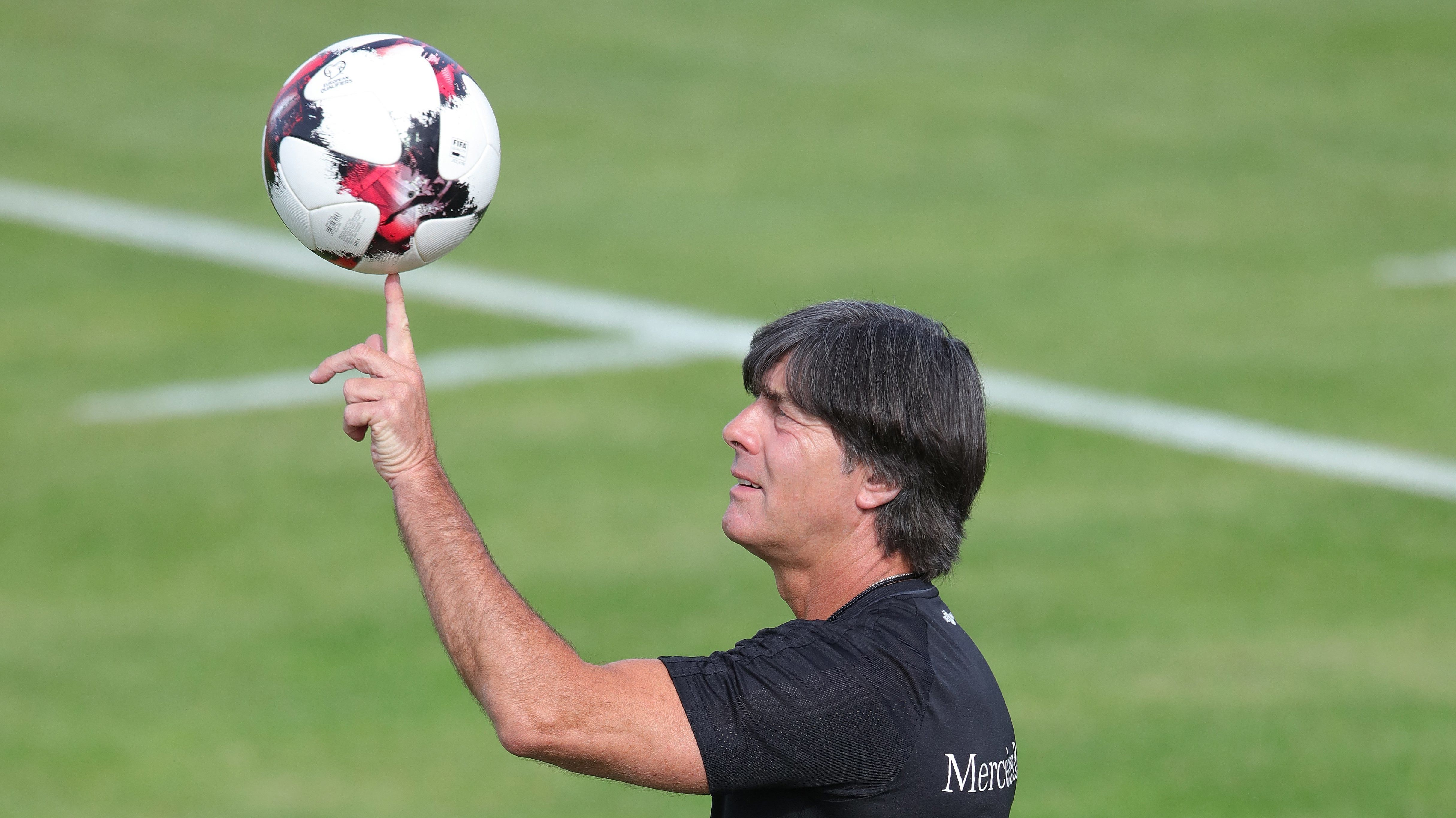 Joachim Löw mit einem Fußball in Herzogenaurach (Archivbild)