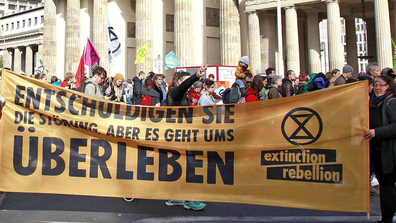 Protestaktion von Extinction Rebellion vor dem Brandenburger Tor